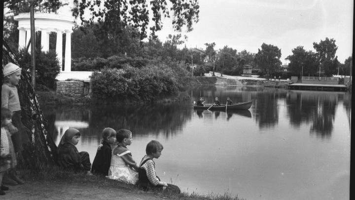 Толпы на пляже ВИЗа и лодочки в Харитоновском парке: как 70 лет назад отдыхали екатеринбуржцы