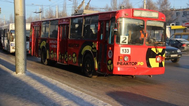 На проспекте Мира в 30-градусный мороз встали троллейбусы