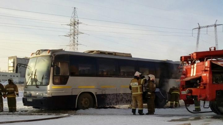 «Услышал хлопок, и пошел дым»: на автовокзале в Нижней Туре загорелся рейсовый автобус