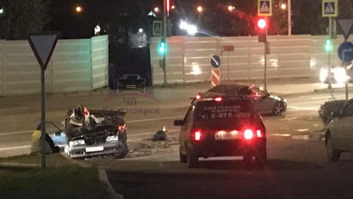 """«Сам или """"Ровер"""" помог?»: на Калинина легковушку развернуло после ДТП и занесло под грузовик. Видео"""