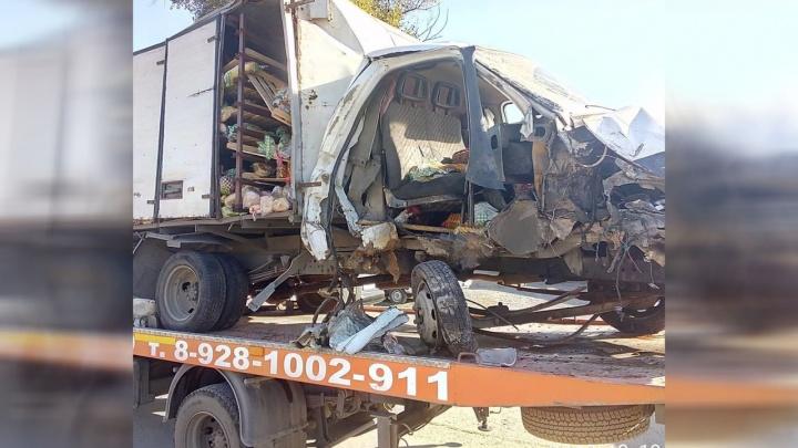 Хлебная авария: в Ростове развозчик булок уснул за рулем, из-за чего машина протаранила столб
