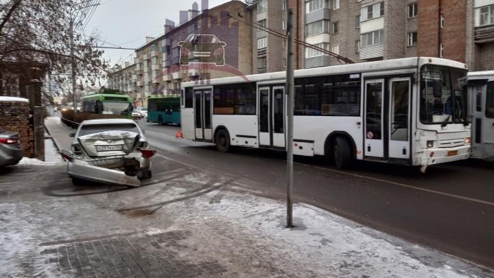 «Камри» отбросило на пешеходов после аварии с пассажирским автобусом на Ленина