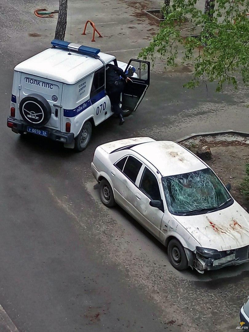 Фото: в Новосибирске пьяный мужчина изуродовал машину своей жены голыми руками