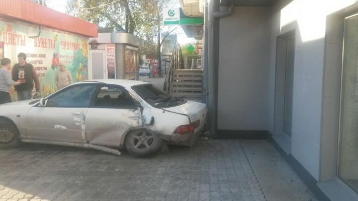 На Луначарского водитель Honda потерял управление и въехал в дом
