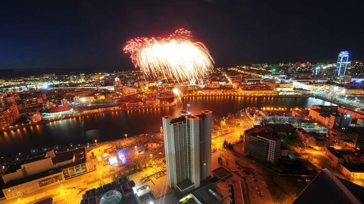 День Победы онлайн: праздник в Екатеринбурге завершился салютом и столпотворением в метро