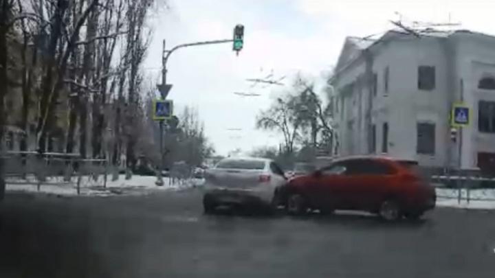 «Проехал на красный»: волгоградец спровоцировал аварию, в которой пострадала восьмилетняя девочка