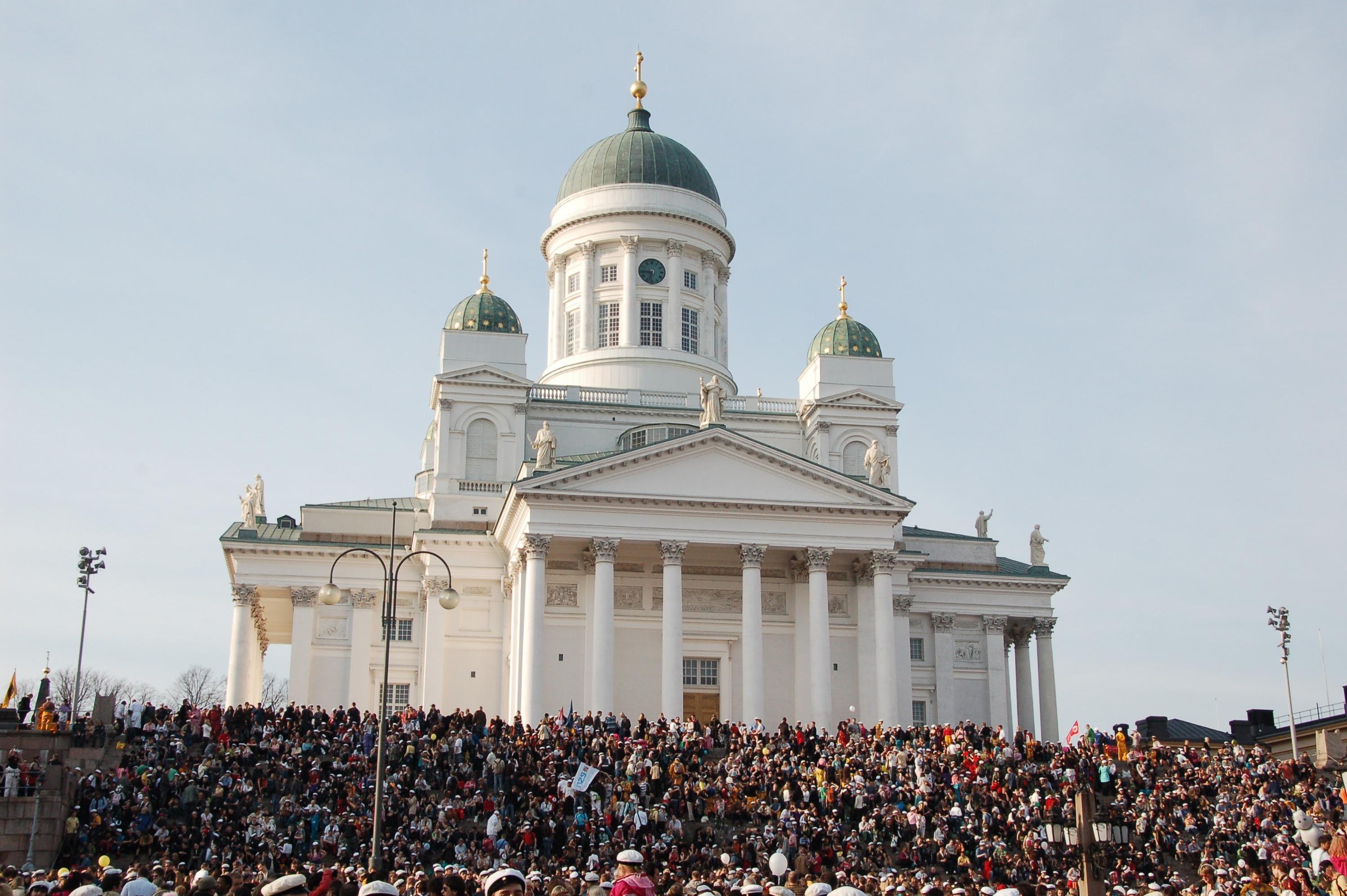 Кафедральный собор Хельсинкина Сенатской площади. Построен во времена Великого княжества Финляндского в составе Российской империи. Обычно собирает массу народа на ступеньках во время мероприятий. На этой же площади отмечают Новый год и устраивают Рождественскую ярмарку