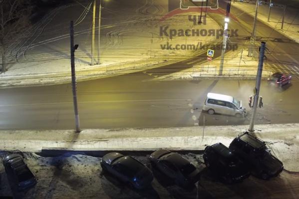 Водителю дорогого авто сильно досталось, но полицейские на место приехали быстро