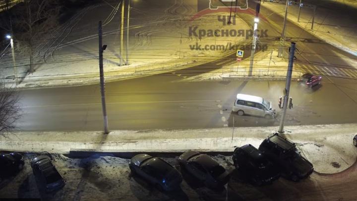 Пьяный водитель Nissan протаранил Porsche на пустой улице Копылова