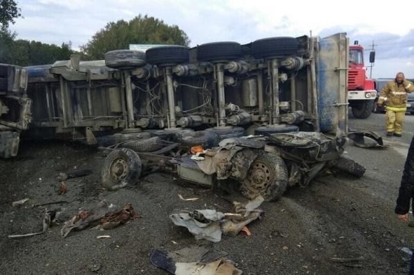 Фура перевернулась, раздавив два УАЗика, в которых ехала бригада рабочих по обслуживанию газового оборудования