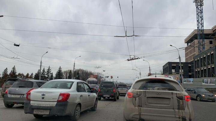 Новосибирцы выстроились в очередь к неработающему светофору на Большевистской