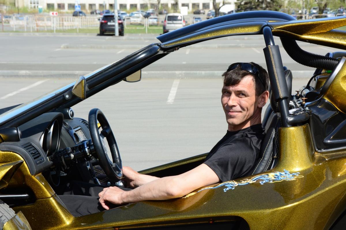 Технического образования у Олега нет, поэтому он называет себя самоучкой: первый навык работы с техникой ему дал дед, собирая и разбирая вместе с внуком мопеды и мотоциклы