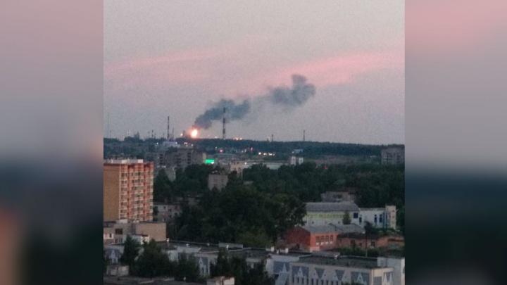 Большой пожар со стороны завода на Нефтестрое: что горит