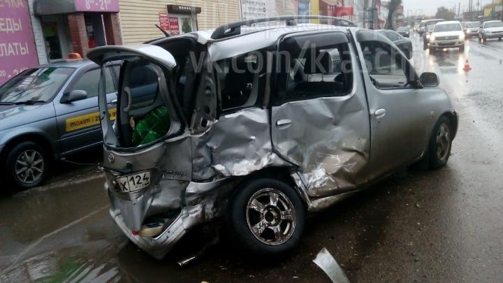 На Семафорной «Тойота» врезалась в два встречных авто и собрала пробку