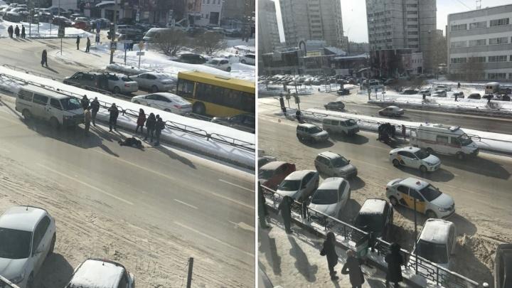 В Перми возле ТЦ «Айсберг» микроавтобус сбил 80-летнюю пенсионерку