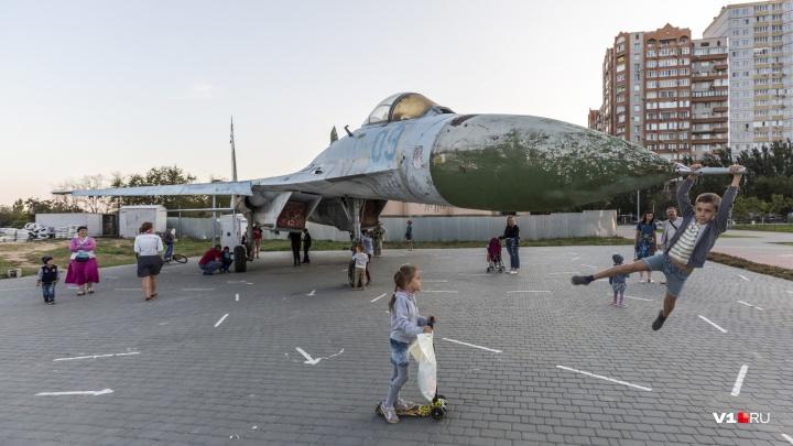 Волгоградцы увековечивают свои имена на Су-27 в парке Героев-лётчиков