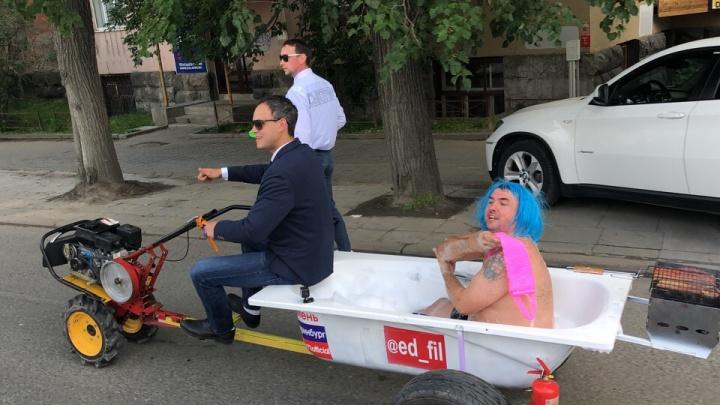 «Мы просто хотели повеселиться»: полуголый блогер из Тюмени прокатился по Екатеринбургу в ванне