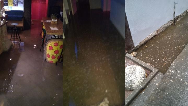 После сильного дождя в центре города затопило бар