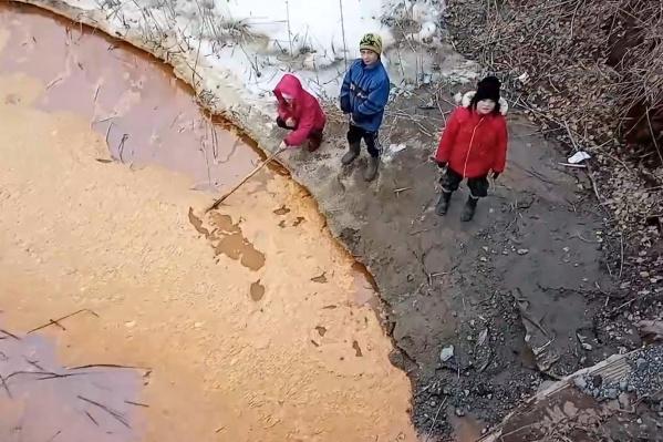 Детей Сибая не смущает неестественный цвет реки