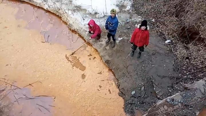 Рыбы не будет: жителей Сибая напугала красная вода в реке Карагайлы