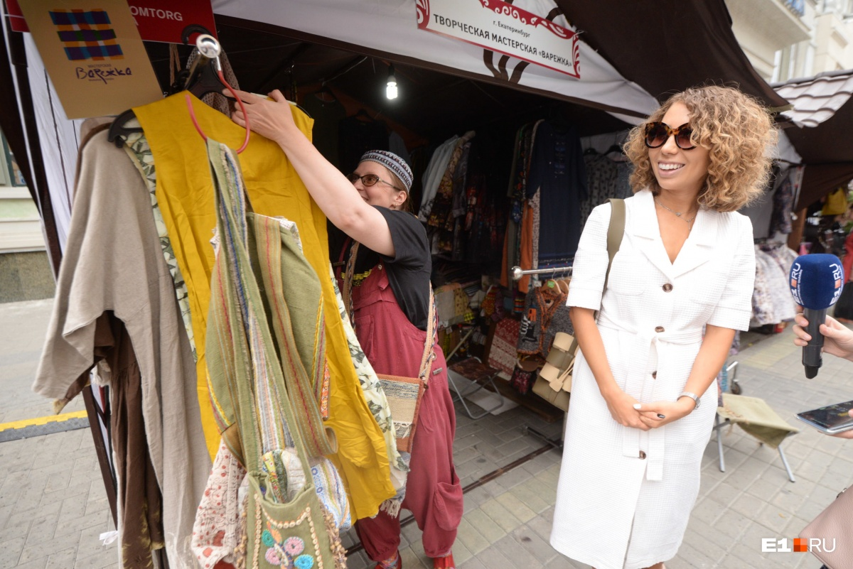 Это горчичное платье Динаре понравилось. Стоит оно около 4 тысяч рублей. Здесь же нам предлагали платье за 14 тысяч