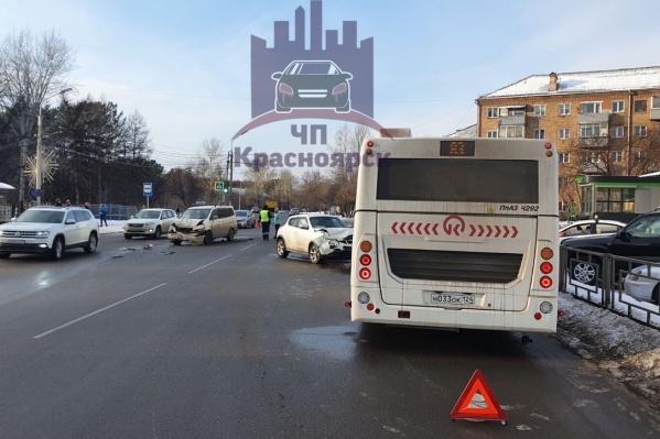 После столкновения на встречке Juke влетел в пассажирский автобус