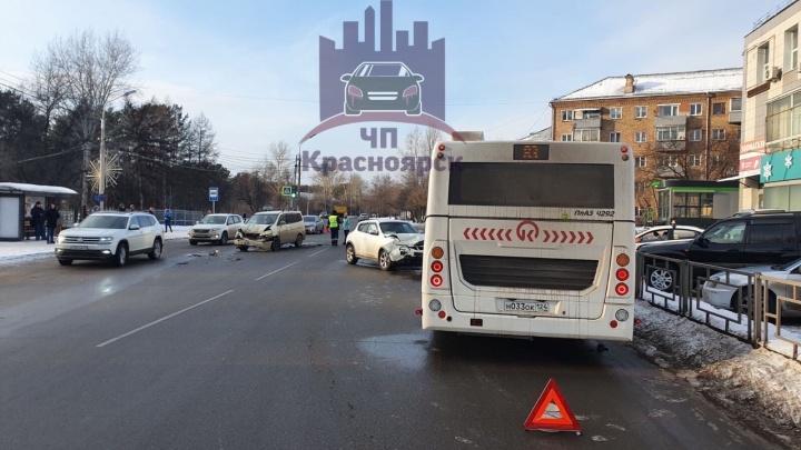 Женщина с тремя детьми в салоне устроила аварию с автобусом и легковушкой