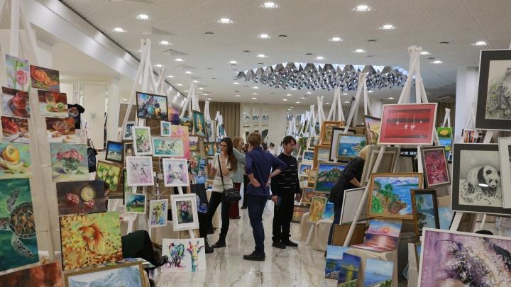 Я так вижу: в Екатеринбурге открылась выставка, где художники объясняют смысл своих картин