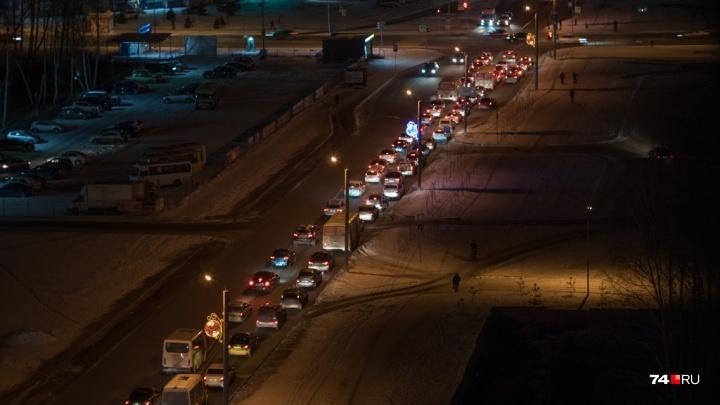 Горький урок: «Парковый» встал в адскую пробку из-за новой настройки светофора после ДТП возле школы