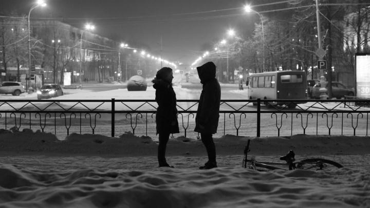 """""""Курара"""" выпустила клип со светящимся трамваем и людьми, обмотанными магнитофонной плёнкой"""