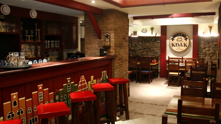 Рядом с ГПНТБ открылся бельгийский бар с кранами вместо дверных ручек