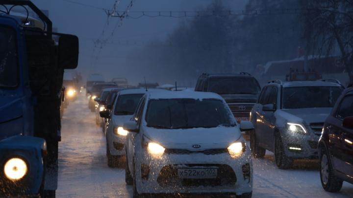Метель в Уфе: транспорт встал в десятибалльных пробках