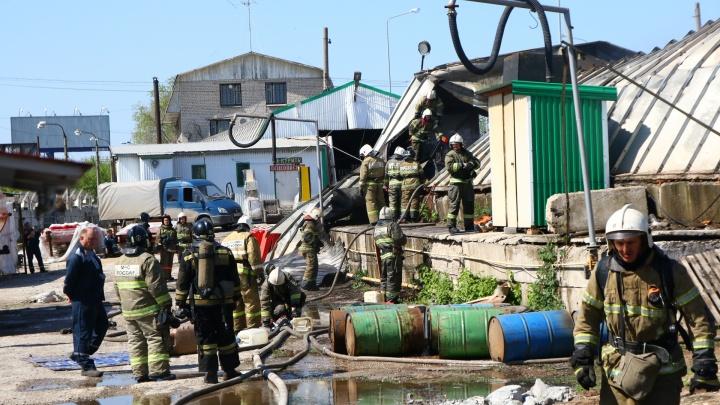 На Заводском шоссе рядом с АЗС сгорел и обрушился ангар