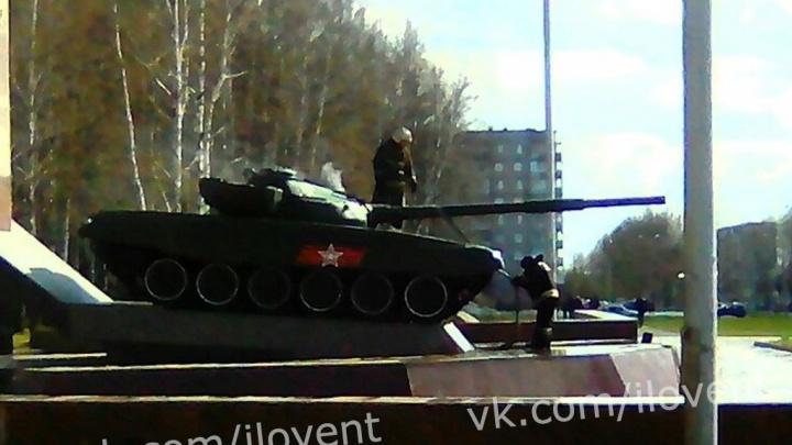 В Нижнем Тагиле пожарные потушили загоревшийся танк Т-72