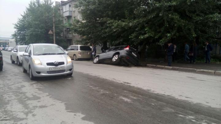 «Хонда» наполовину оказалась в яме из-за провалившегося асфальта на улице Революции