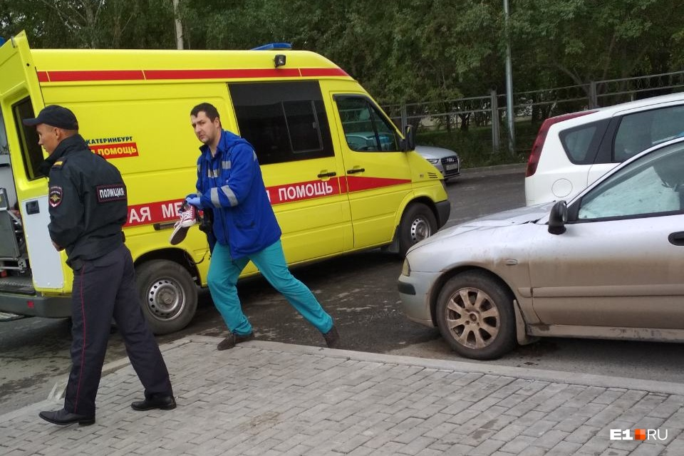 Врачи скорой помощи доставали девушку из машины, на которую она упала