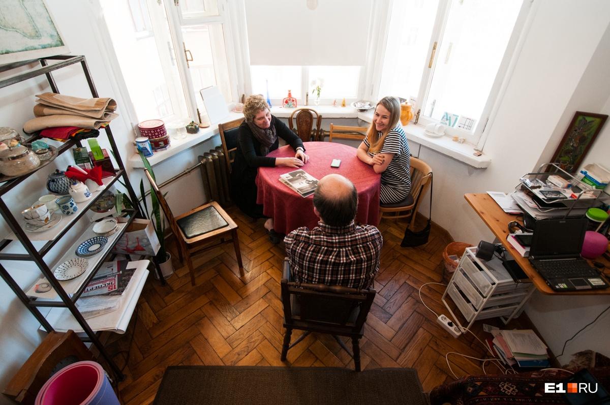 В комнате с эркером — обеденная зона