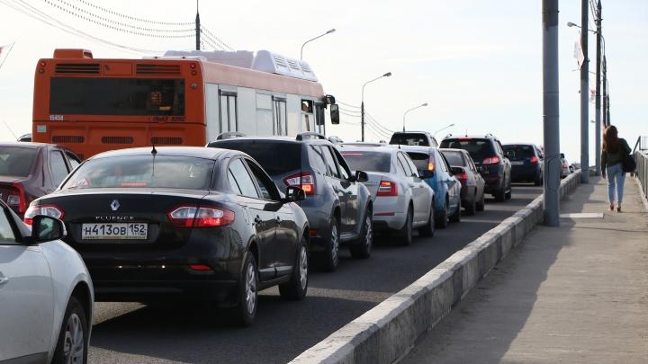 Пробки в 10 баллов на Новикова-Прибоя. Доехать до Щербинок быстро не удастся