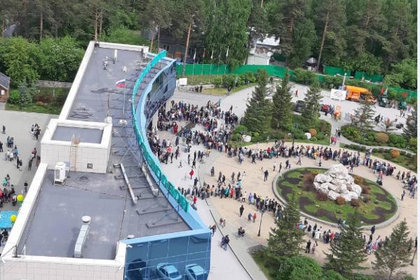 Отметить День защиты детей в Новосибирский зоопарк пришли сотни людей