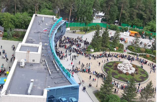 Не пробиться: в зоопарк выстроилась огромная очередь