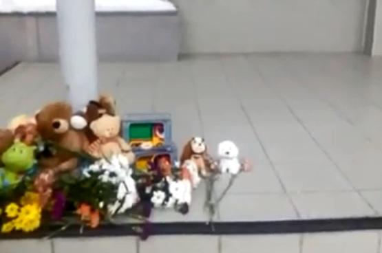 Скорбящие колыванцы принесли к районной администрации цветы и игрушки в память об утонувших детях
