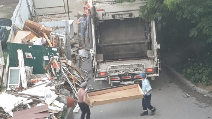 «Люди стоят во дворе и не верят»: после публикации V1.RU разгребли мусор на севере Волгограда