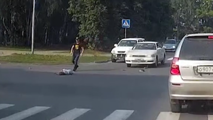 «Куда ты рулишь?»: водитель «Тойоты» сбивает бегущую девочку на переходе — виноват ли он (видео)