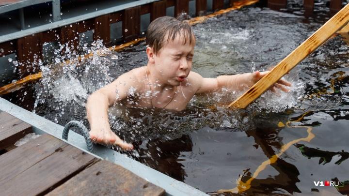 Заборы, очереди и дерзкие плавки: смотрим фоторепортаж из купели на Центральной набережной