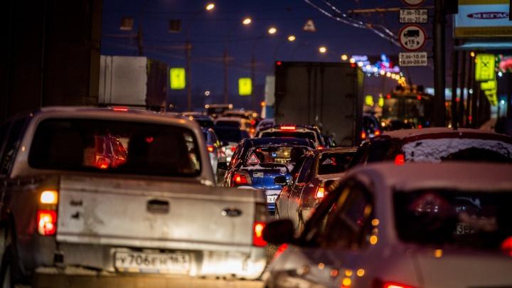 В Новосибирск вернулись серьёзные пробки: стоят Большевистская и проезд Энергетиков