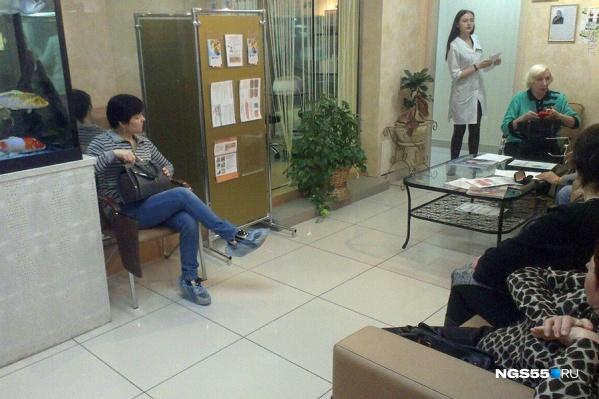 Так выглядит зал ожидания в центре в «Миллениуме». Здесь сидят как женщины пенсионного возраста, так и молодые посетительницы. На стене висит телевизор, из которого громко вещает Елена Малышева