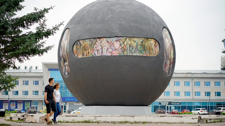 «Это наша история»: мэр Омска отказалась сносить шар Бухгольца