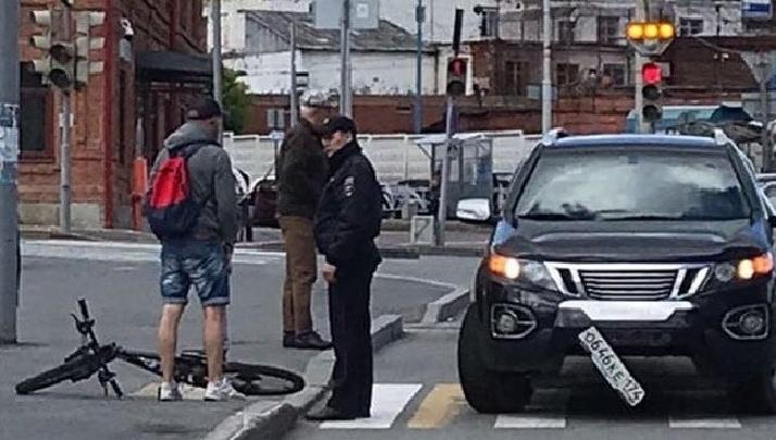 В центре Екатеринбурга полицейский сбил велосипедиста на пешеходном переходе