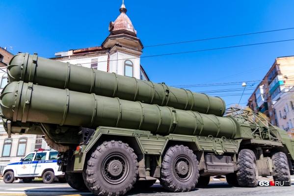 Зенитно-ракетный комплекс С-300 может поражать цели на расстоянии до 200 километров. Ракеты с машины взлетают вертикально