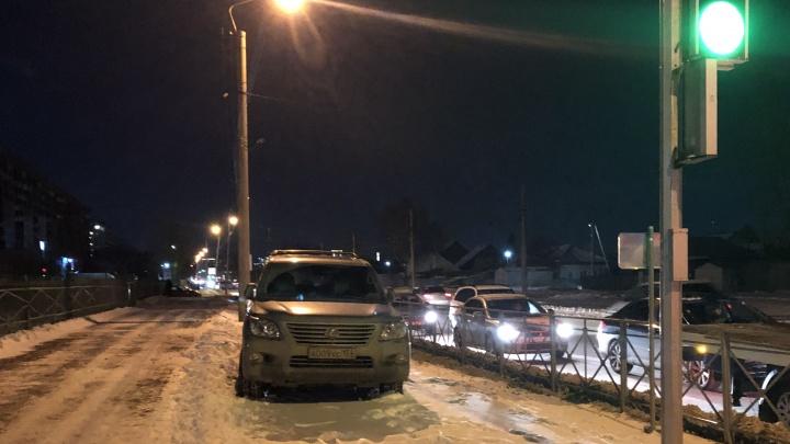 «Я паркуюсь как чудак»: Lexus 009 — всем на зависть встану возле школы, «школота» обойдет